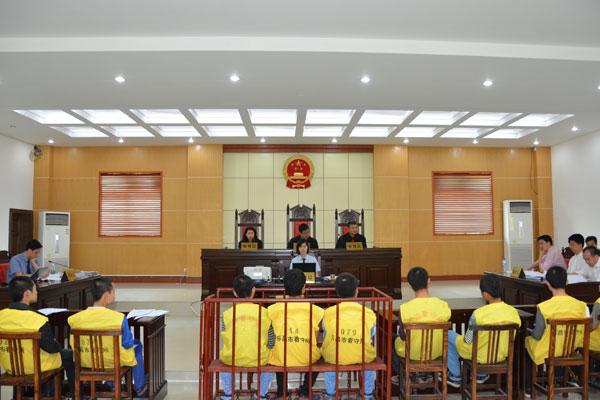 罗健平等9名被告人在法庭上受审