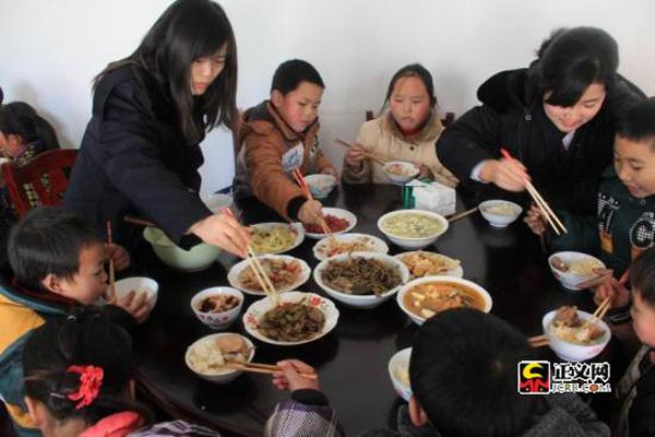 重庆酉阳青年检察官开展关爱留守儿童活动
