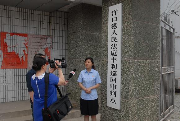 如东县丰利镇距离管辖案件的洋口港人民法庭较远,且往来没有公