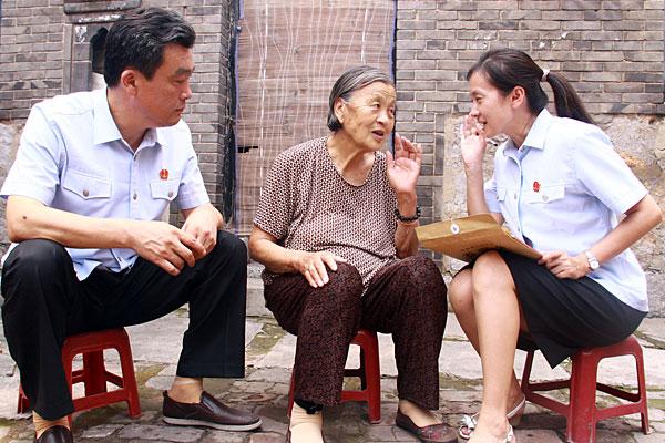 """法官们携带慰问品深入辖区乡镇部分困难和高龄老人家中,通过""""拉家常"""""""