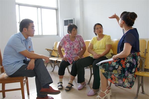 图为手语老师与聋哑当事人进行翻译、沟通-响水法院 手语翻译让无声