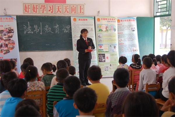 图为拼音在给法官上法制课.一教学学生教案年级图片
