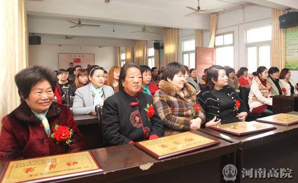 """受到表彰的""""好婆婆""""前排就坐身戴大红花满面红光"""